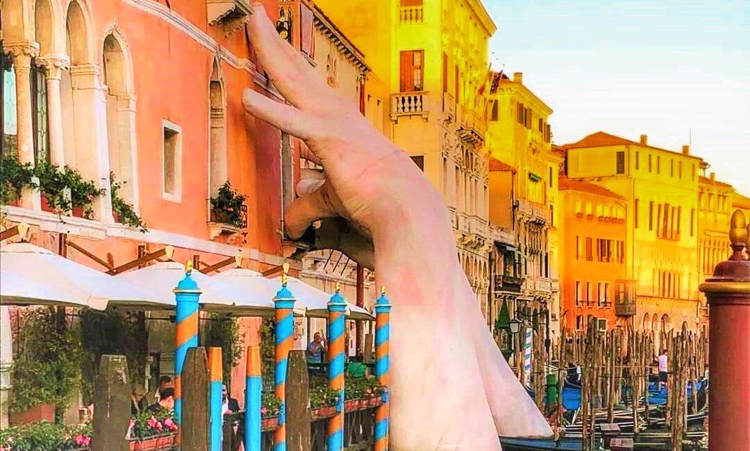 Le mani di Lorenzo Quinn Venezia